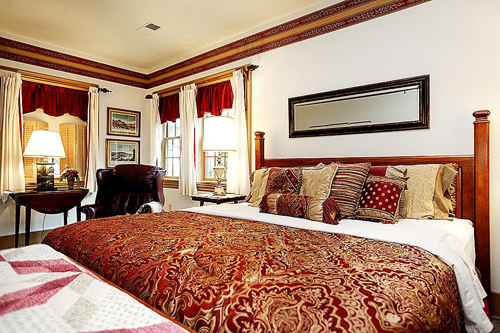 Laurel King Suite image of the bed.