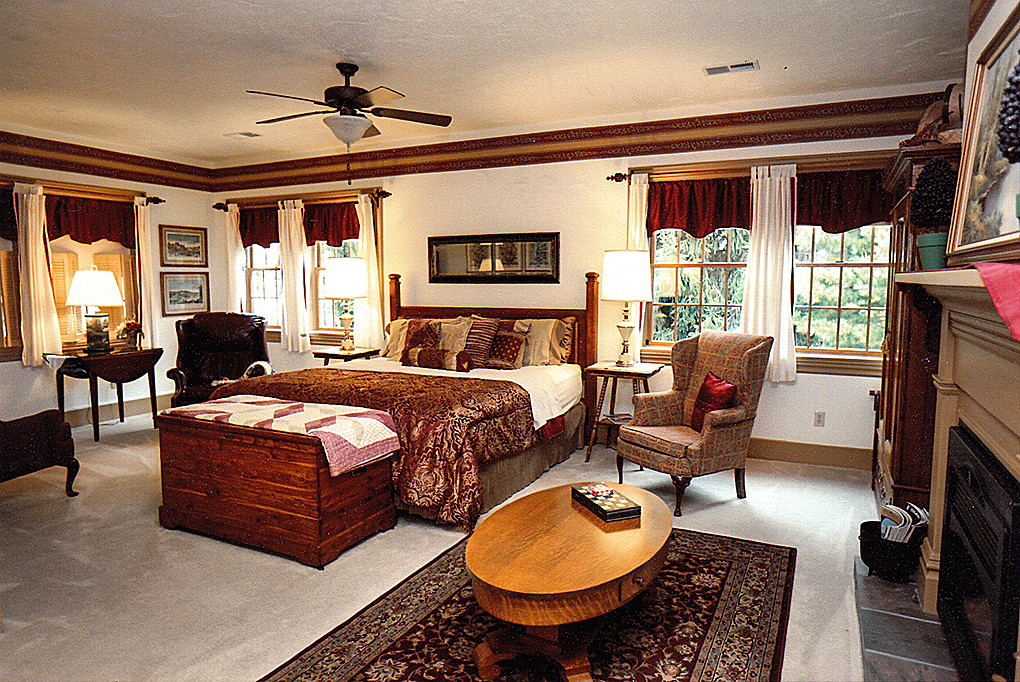 Laurel King Suite image of bed and the windows.