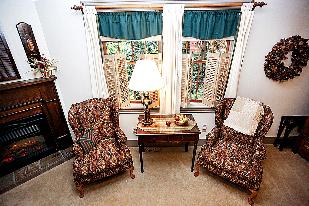 woodland King room with view of the chairs and windows.