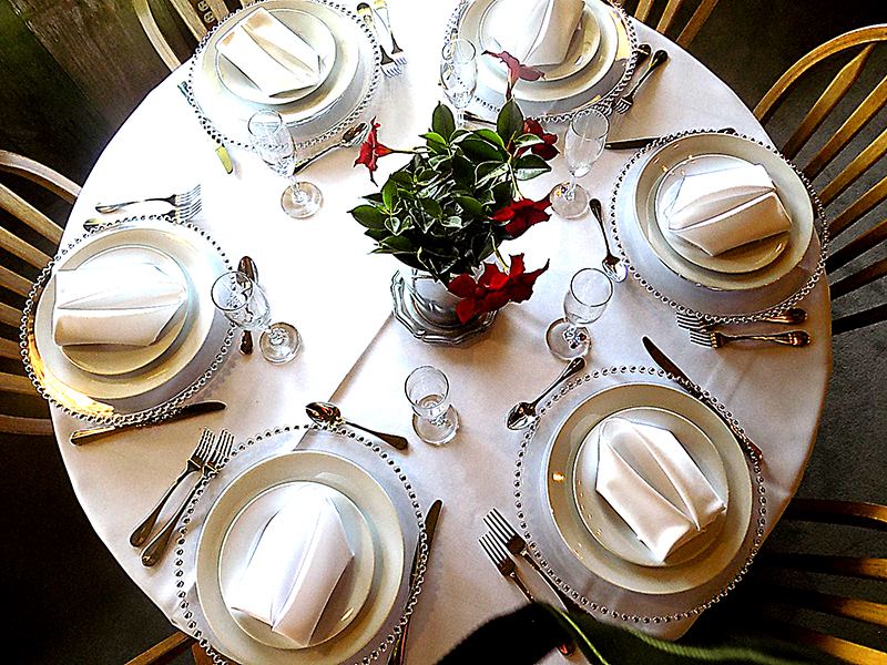 Table wedding with settings.